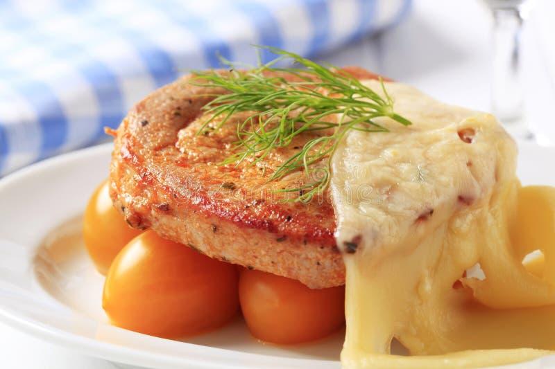 Le porc mariné a complété avec du fromage suisse image stock