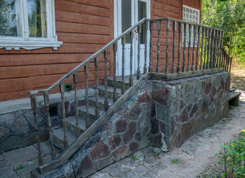 Le porche de la vieille maison avec les balustrades décoratives photos libres de droits