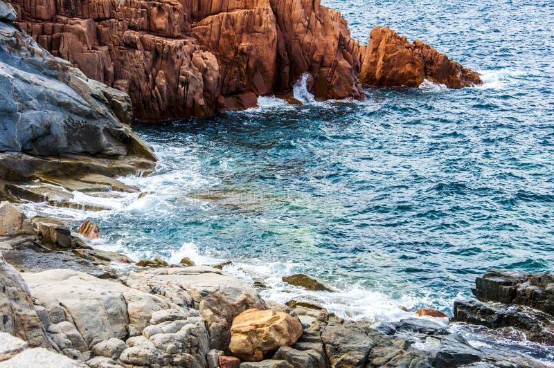 Le porphyre rouge d'Arbatax bascule le sardegna voisin Sardaigne Italie l'Europe de Bellavista de capo de port photographie stock