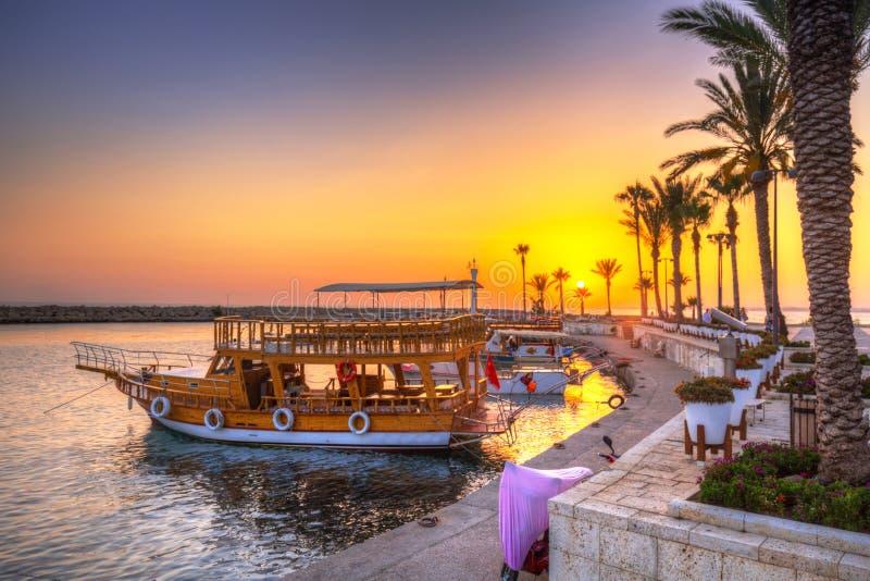 Le port avec des bateaux dans le côté au coucher du soleil images libres de droits