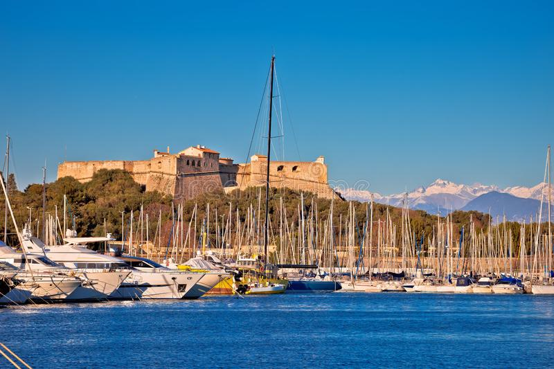 Le port d'Antibes et la vieille forteresse avec la neige d'Alpes fait une pointe la vue de fond photo libre de droits