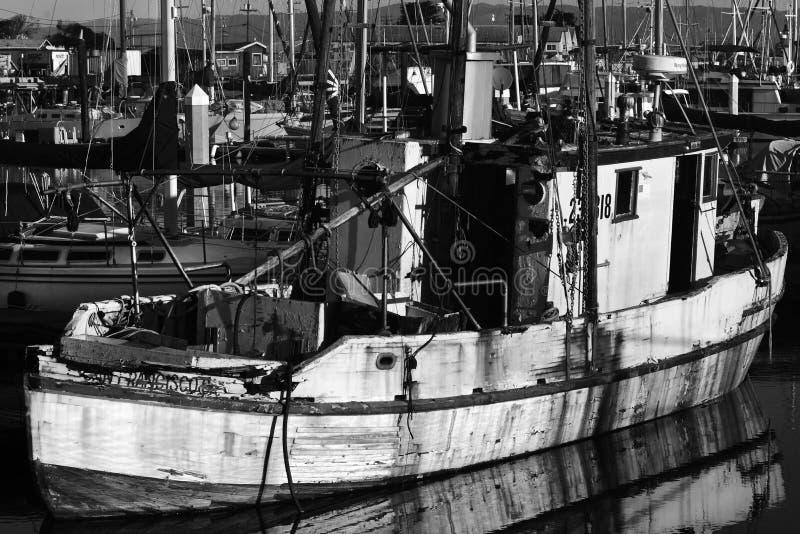 Le PORT d'ATTERRISSAGE de MOUSSE, la CALIFORNIE - 5 février 2018 - des bateaux s'est accouplé dans Moss Landing Harbor, Moss Land photographie stock