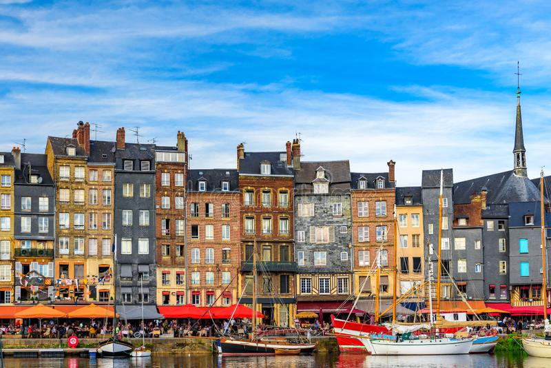 Le port de Honfleur, Normandie, France avec des yachts photographie stock libre de droits