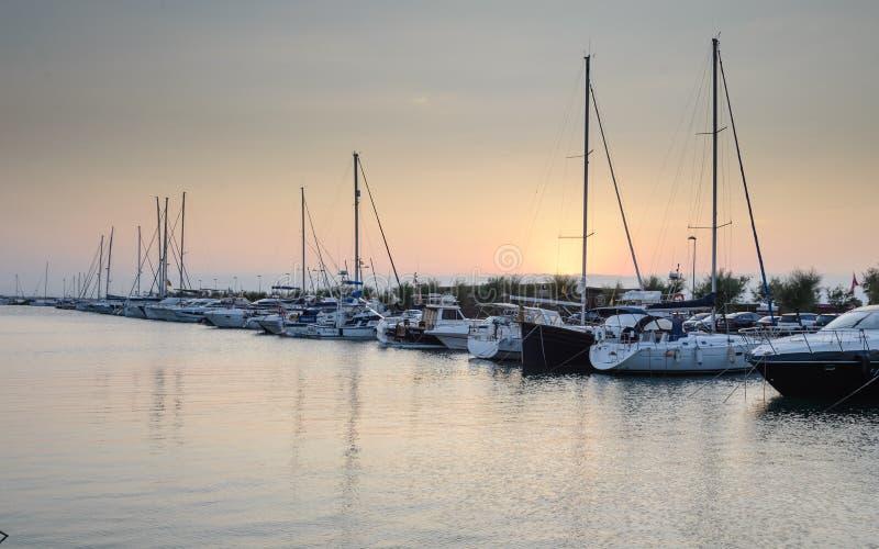 Le port de loisirs, folâtre le port dans les roses, Costa Brava, Espagne au coucher du soleil images stock