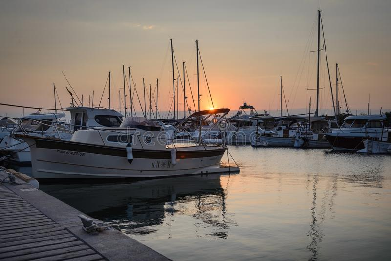 Le port de loisirs, folâtre le port dans les roses, Costa Brava, Espagne au coucher du soleil photo libre de droits
