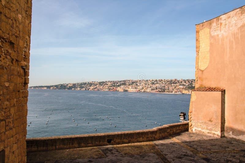 Le port de Naples a encadré par le vieux mur du ` Ovo de vallon de Castel photo libre de droits