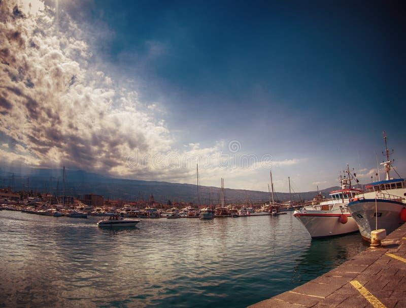 Le port de Riposto image libre de droits