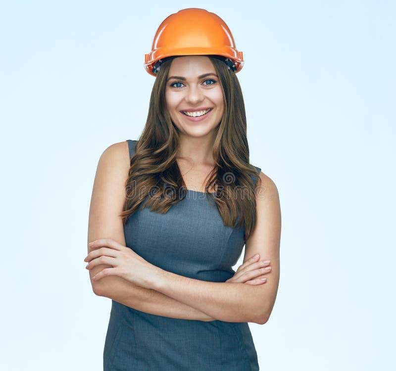 Le port de sourire de femme d'affaires protègent le casque de constructeur images libres de droits
