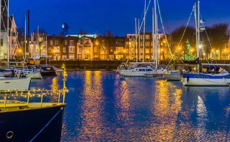 Le port de Vlissingen la nuit, bateaux décorés avec les lumières, bâtiments allumés de ville avec de l'eau, ville populaire en Zé photos libres de droits