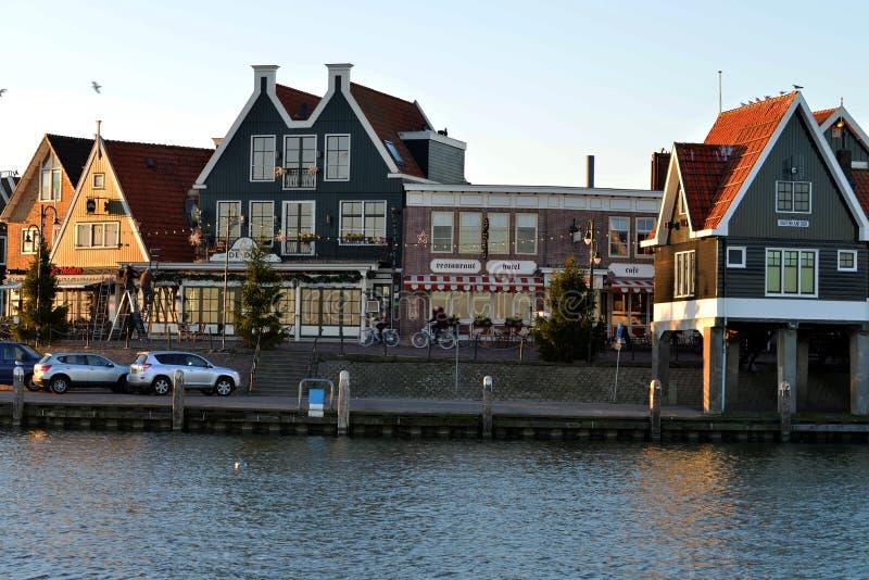 Le port et le boulevard de la ville de Volendam, Pays-Bas image stock