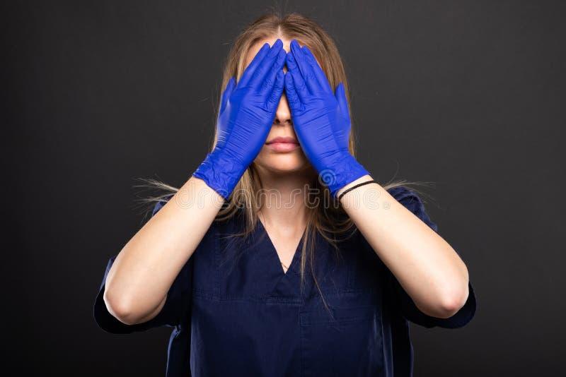 Le port femelle de docteur frotte des yeux de bâche comme le concept sans visibilité photo stock