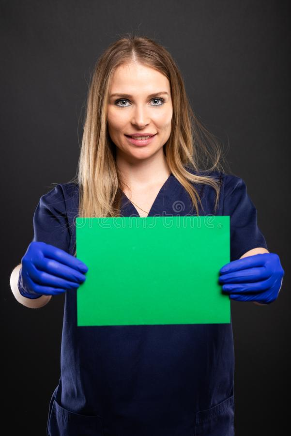 Le port femelle de docteur frotte montrer le carton vert photos libres de droits