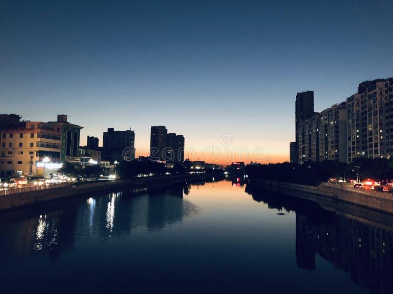 Le port la nuit - le chemin de la maison photo stock