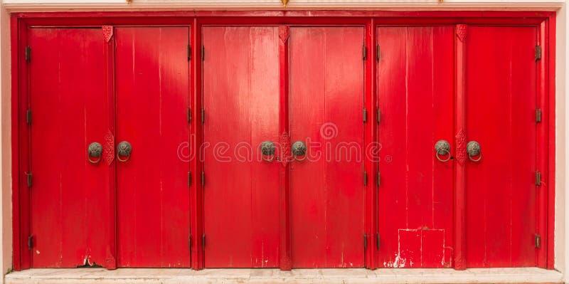 Le porte rosse multiple nell'orizzonte fotografia stock