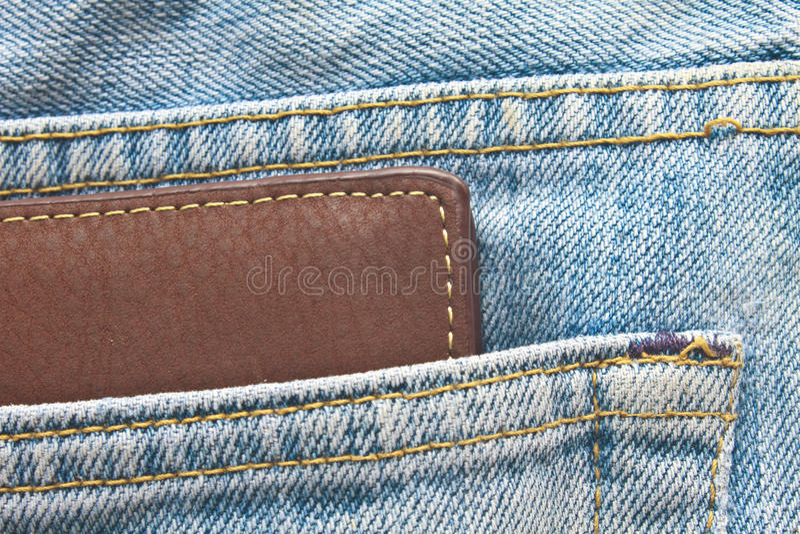 Le portefeuille de Brown dans des pantalons de jeans soutiennent la poche photos libres de droits