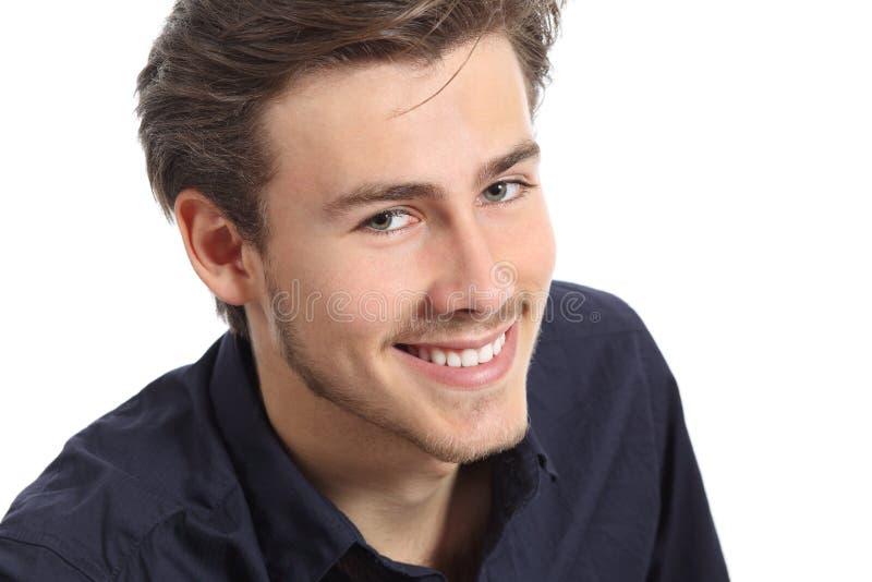 Le portrait attrayant de visage d'homme avec un blanc perfectionnent le sourire photo libre de droits