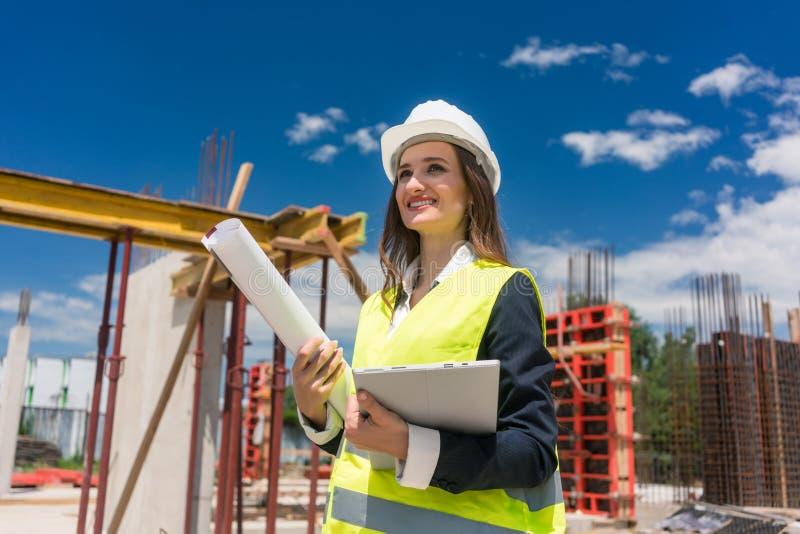 Le portrait d'un architecte féminin sûr ou l'ingénieur avec pouvoir-font attitude photo stock