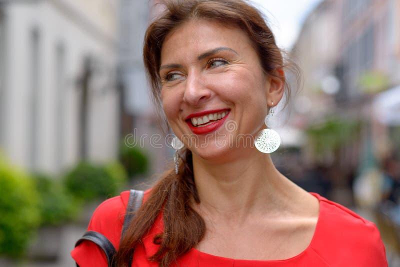 Le portrait d'un beau milieu a vieilli le sourire de femme image libre de droits