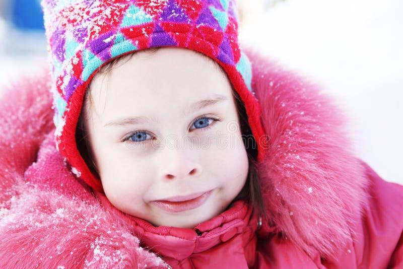 Le portrait d'un hiver de port de sourire de petite fille vêtx image libre de droits