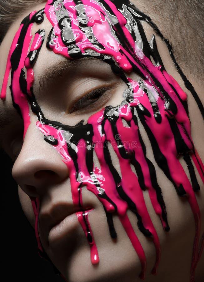 Le portrait d'un homme a versé la peinture rose et noire photos libres de droits