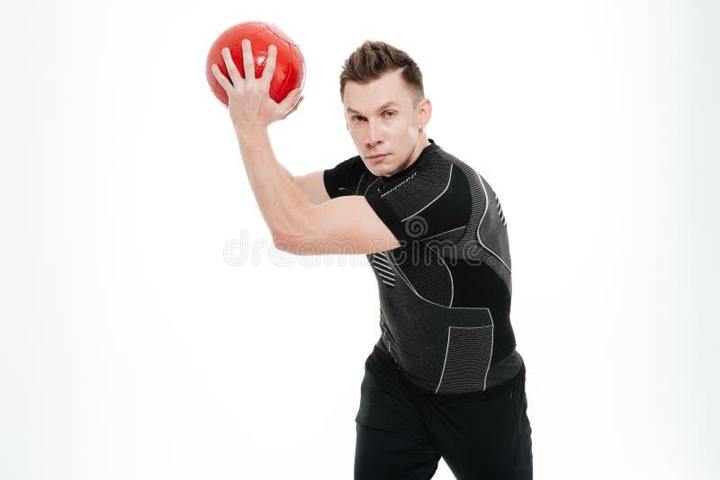 Le portrait d'un jeune a concentré la boule de levage de forme physique de poids de sportif photos libres de droits