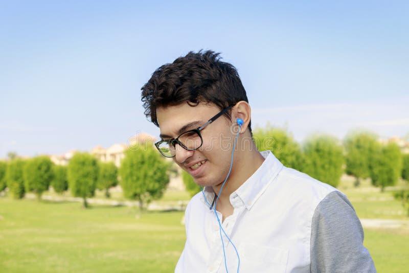 Le portrait d'un jeune homme égyptien urbain à la mode écoutent la musique dedans image libre de droits