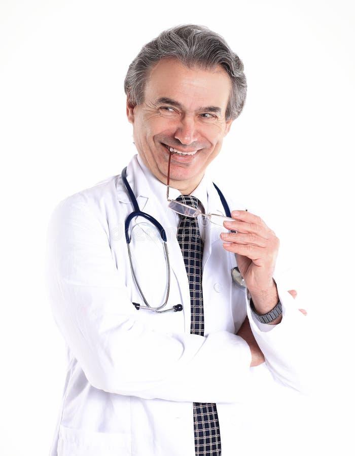 Le portrait d'un médecin bienveillant therapistisolated sur le fond blanc photographie stock libre de droits