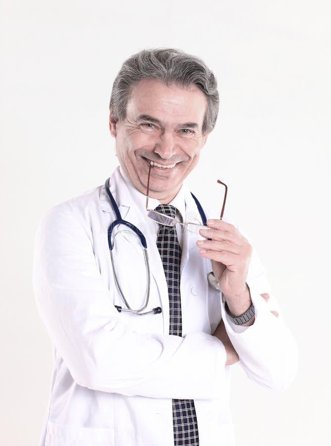Le portrait d'un médecin bienveillant therapistisolated sur le fond blanc photo stock