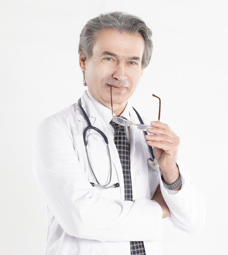 Le portrait d'un médecin bienveillant therapistisolated sur le fond blanc images stock