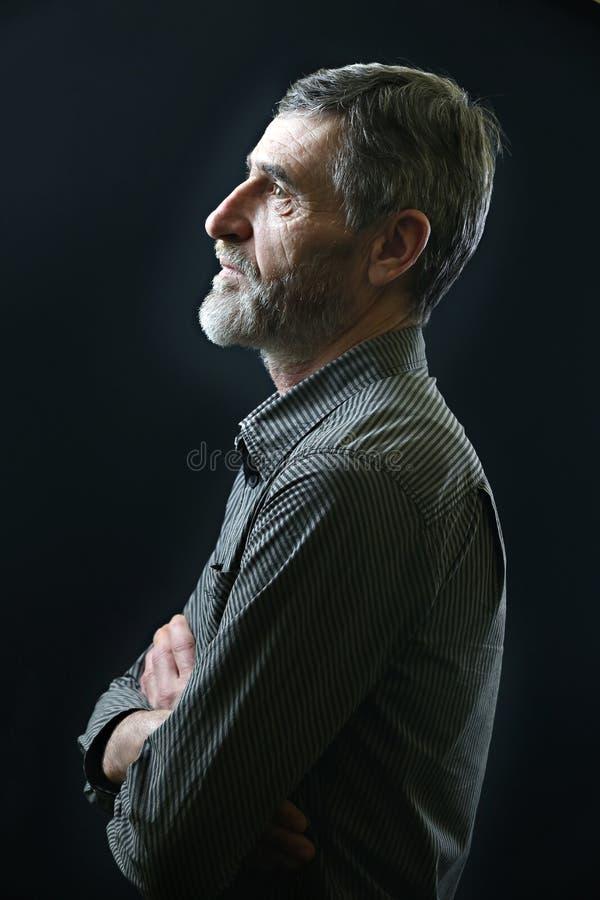 Le portrait d'un milieu occasionnel a vieilli l'homme dans la chemise rayée image libre de droits