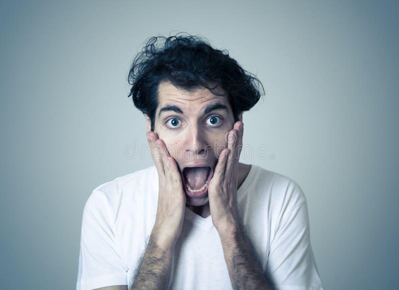 Le portrait d'un sentiment timide de jeune homme a embarrass? photos stock