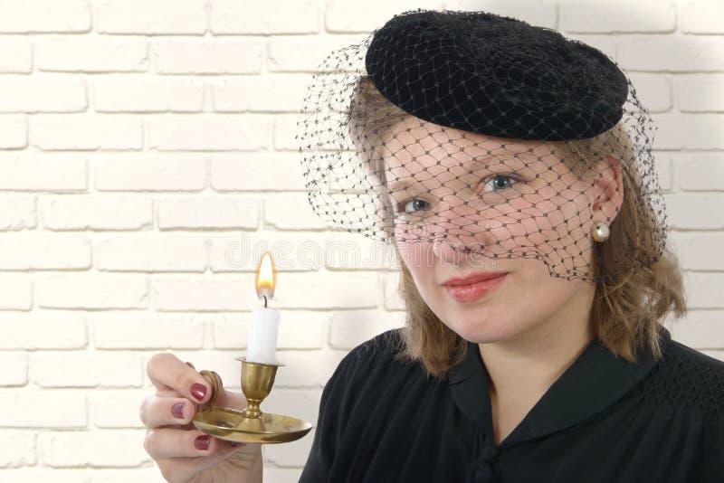 Le portrait d'une belle femme avec le vintage vêtx photos libres de droits