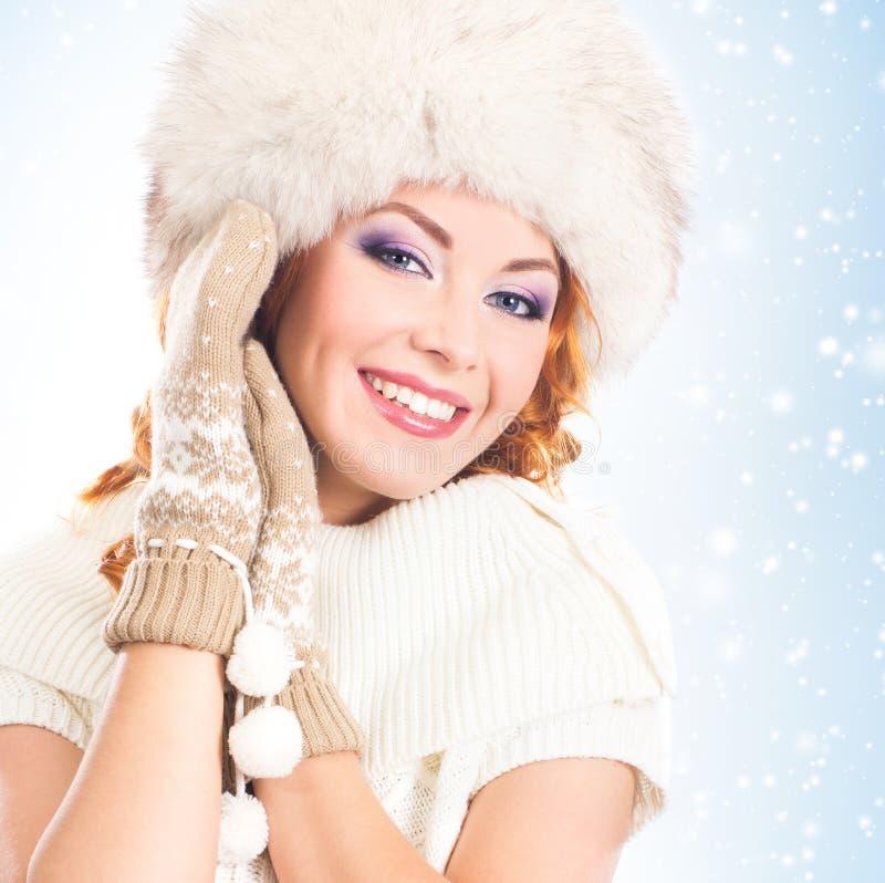 Le portrait d'une belle femme en hiver vêtx photos libres de droits