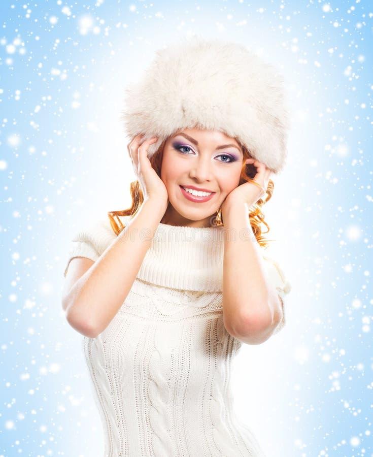 Le portrait d'une belle femme en hiver vêtx photographie stock libre de droits