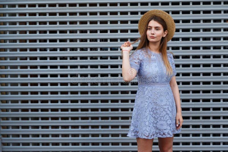Le portrait d'une belle femme gracieuse dans le chapeau élégant et la dentelle bleue s'habillent Beauté, concept de mode images stock