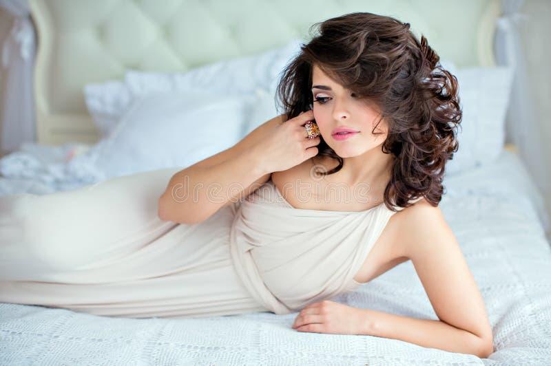 Le portrait d'une brune sensuelle douce de fille avec des yeux s'est fermé, la LY images stock