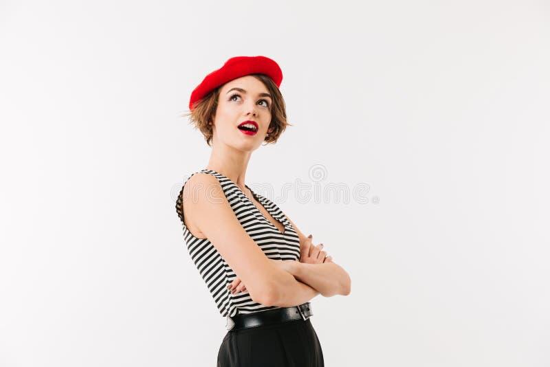 Le portrait d'une femme enthousiaste s'est habillé dans le béret rouge photos libres de droits