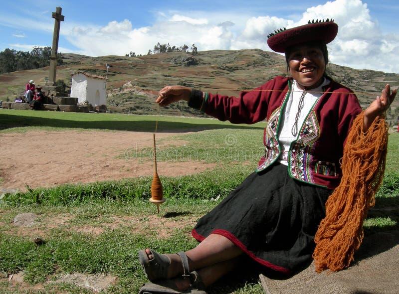 Le portrait d'une femme s'est habillé dans l'habillement traditionnel photo stock