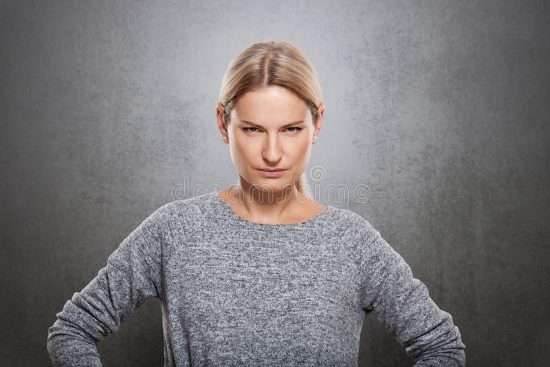 Le portrait d'une femme très stricte regarde l'appareil-photo photo stock