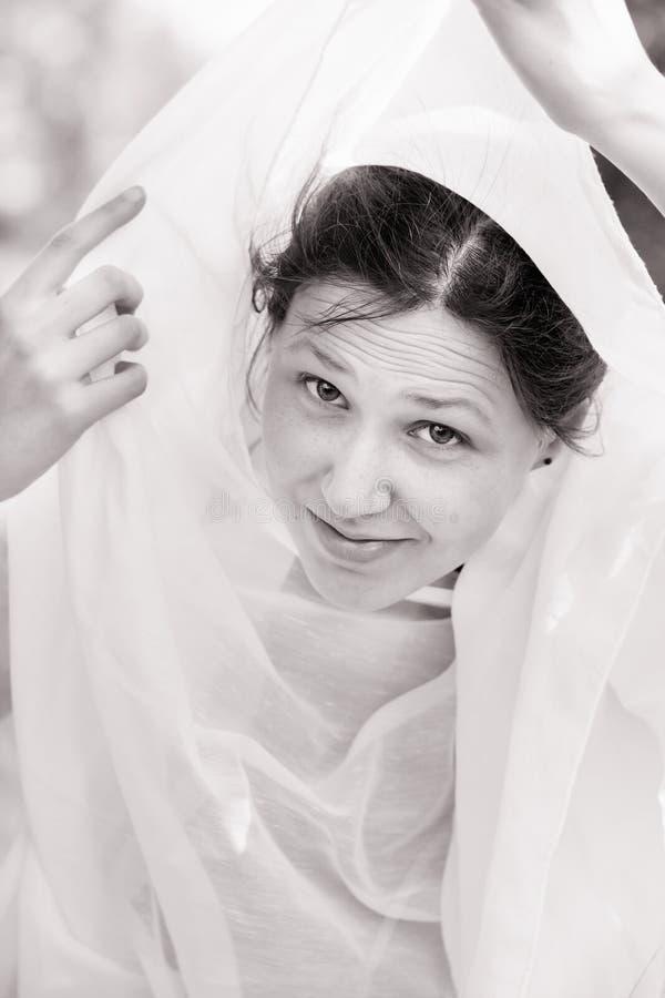 Le portrait d'une fille a investi d'un tissu blanc photos libres de droits