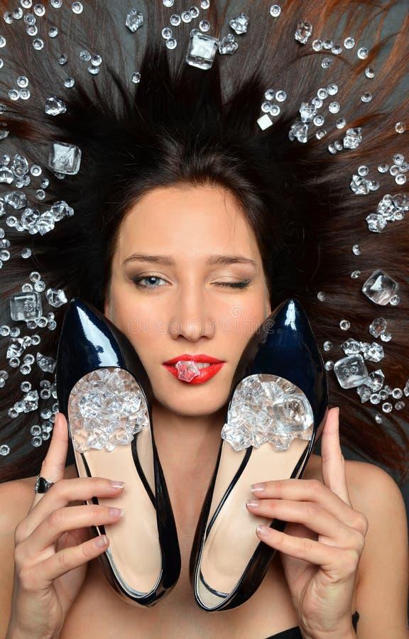 Le portrait d'une fille luxueuse de brune se situe dans un placer des bijoux de diamants, accessoires de luxe photos stock
