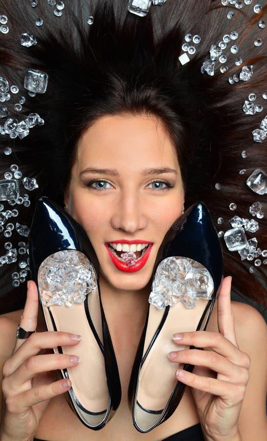 Le portrait d'une fille luxueuse de brune se situe dans un placer des bijoux de diamants, accessoires de luxe image libre de droits