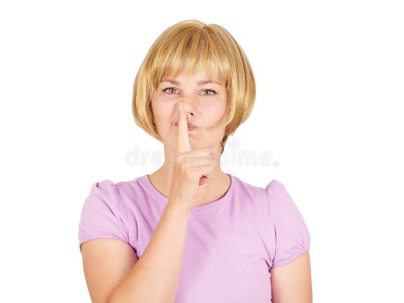 Le portrait d'une jeune belle femme sélectionne son nez image stock