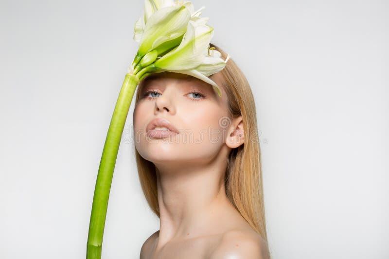 Le portrait d'une jeune fille attirante avec le beau maquillage, longs cheveux, peau parfaite, fille regarde de dessous photo stock