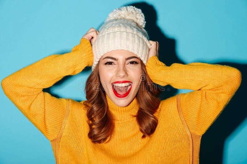 Le portrait d'une jeune fille de sourire s'est habillé dans des vêtements d'hiver images libres de droits