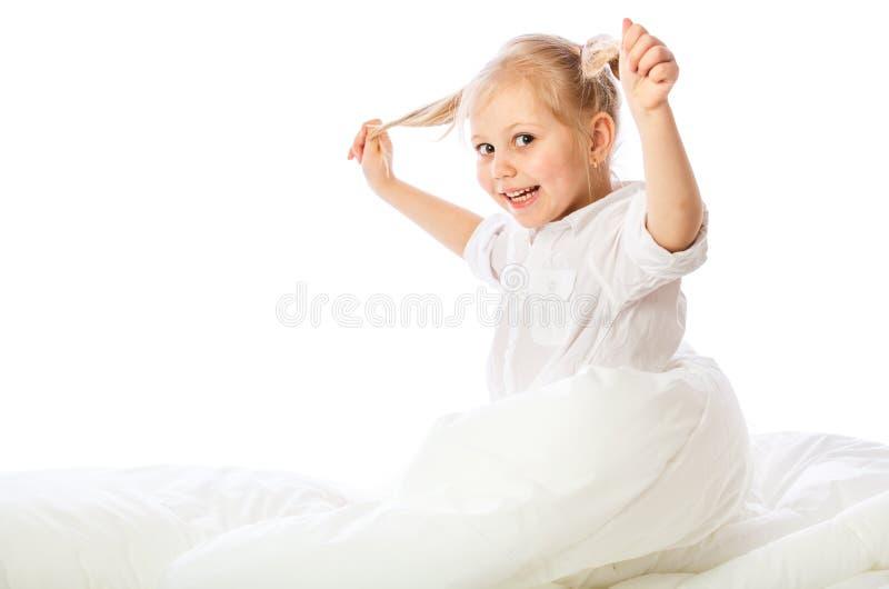 Le portrait d'une petite fille va au lit, enfonce, dort, se repose image stock