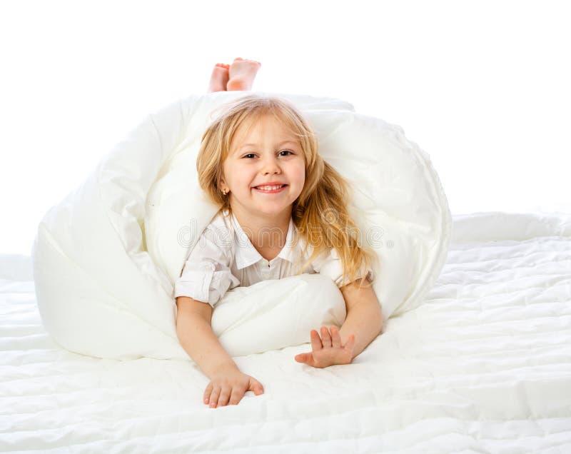 Le portrait d'une petite fille va au lit, enfonce, dort, se repose images libres de droits