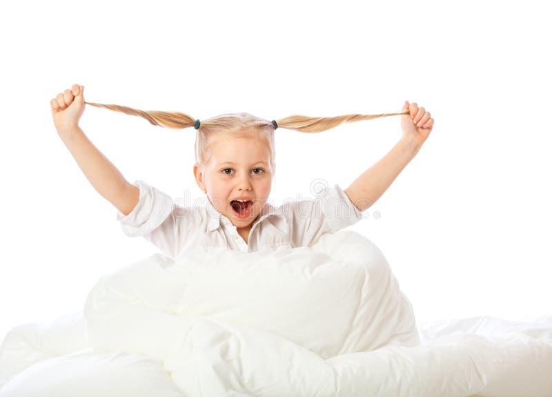 Le portrait d'une petite fille va au lit, enfonce, dort, se repose images stock