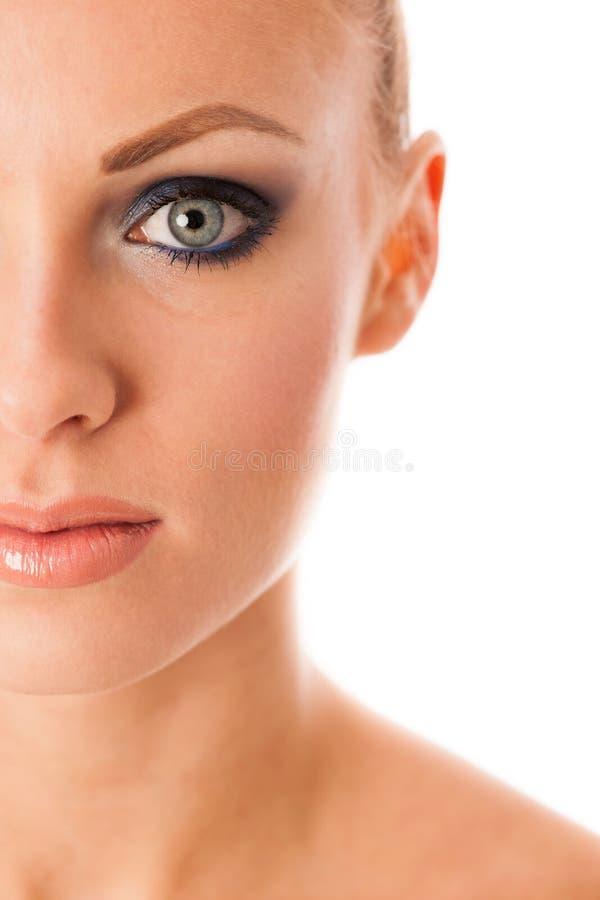 Le portrait de beauté de la femme avec le maquillage parfait, smokey observe, complètement photo stock