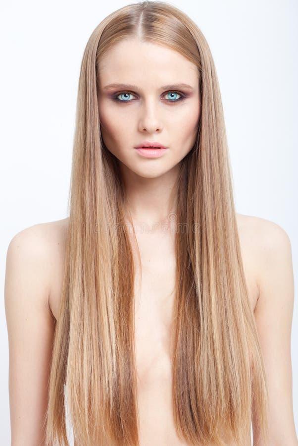 Le portrait de beauté de la fille blonde avec les yeux fumeux composent et long h photo stock